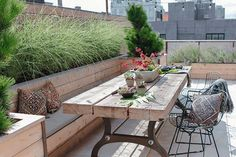 Urban Gardening Ideas urban garden ideas rustic outdoor patio set - Discover the beautiful urban garden ideas city dwellers need for summer. These inspired green spaces will add flair to your outdoor area regardless of the square footage. Rooftop Terrace Design, Rooftop Patio, Terrace Garden, Garden Bed, Backyard Decks, Backyard Seating, Fence Garden, Garden Seating, Garden Chairs