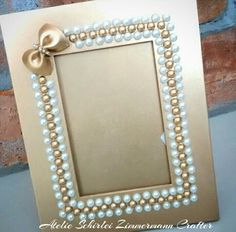 Picture Frame Crafts, Picture Frames, Diy Home Crafts, Diy Arts And Crafts, Quilling Dolls, Thali Decoration Ideas, Foto Frame, Jewelry Frames, Gift Wraping
