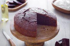 Strambo solo di nome: di fatto, la torta dolce di barbabietole è un soffice dolce al cioccolato a cui la rapa regala morbidezza e una punta di colore.