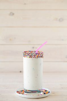 This Birthday Cake Milkshake Recipe uses just three ingredients and comes together in under 5 minutes. This is the best homemade milkshake I've ever made! Cake Mix Desserts, Just Desserts, Delicious Desserts, Dessert Recipes, Yummy Food, Oreo Desserts, Frozen Desserts, Plated Desserts, Tasty
