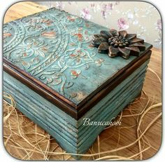 Caixa azul Decoupage Furniture, Decoupage Box, Decoupage Vintage, Cigar Box Projects, Thali Decoration Ideas, Chinoiserie Wallpaper, Idee Diy, Altered Boxes, Painted Boxes