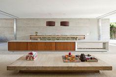 Marcio Kogan Arquitetura moderna que esbanja em áreas amplas, com moveis modernos com a amadeirado e a utilização de vidro trazendo clareza para o ambiente