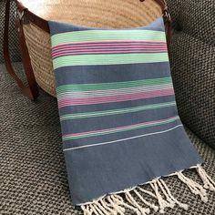 Fouta drap de plage à rayures colorées Weaving Designs, Weaving Patterns, Turkish Cotton Towels, Textiles, Natural Cleaning Products, Loom, Hand Weaving, Stripes, Throw Pillows