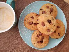 A banános muffin az egyik legjobb módja a már puha, megbarnult banán felhasználásának. Nálunk mindig ez a recept kerül elő, ha nem szeretnénk, hogy a maradék banán a kukában végezze. Banános muffin recept képekkel, pontos mennyiségekkel. Muffins, Sweets, Cookies, Food, Candy, Sweet Pastries, Gummi Candy, Sweet Treats, Cookie Recipes