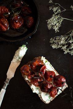 Roasted tomato tartine - Rösttomatenbrot {flowers on my plate}