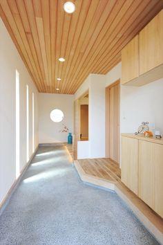 土間玄関と一段上がった畳ダイニングのある家 寺島製材所の写真集 in 2020 Zen House, Village House Design, Corner House, Japanese House, Life Design, Unique Home Decor, Small Living, Entrance, House Plans