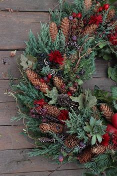 Beautiful Christmas Wreath Ideas Wreaths are a classic Christmas tradition and they're great fun to make! Here's a list of over 80 beautiful Christmas ideas. Diy Christmas Lights, Christmas Door Wreaths, Christmas Greenery, Christmas Card Crafts, Nordic Christmas, Natural Christmas, Holiday Wreaths, Rustic Christmas, Beautiful Christmas