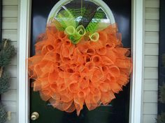 Handmade Front Door Deco mesh Halloween Fall Thanksgiving Pumpkin Wreath ~ wish I could figure out how to make this. Theme Halloween, Holidays Halloween, Halloween Crafts, Halloween Decorations, Halloween Door, Halloween Clothes, Costume Halloween, Halloween Pumpkins, Hallway Decorations