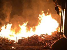 Incêndio atinge depóstio de pallets em Caçapava, SP (Foto: Divulgação/Corpo de Bombeiros)