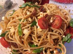 Spaghettisalat mit Pesto und Mozzarella, ein schmackhaftes Rezept mit Bild aus der Kategorie Beilage. 3 Bewertungen: Ø 3,8. Tags: Beilage, Gemüse, Reis- oder Nudelsalat, Salat