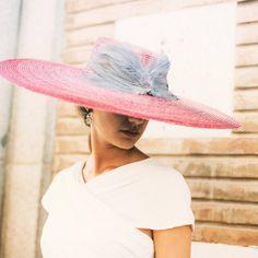 Porqué nos encantan las pamelas... MAXI Frambuesa con alas perla ❤️ #alquilatulook #rentalmode#pamela#Invitadaselegantes