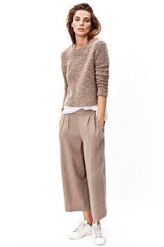 prenda híbrido que fusiona la esencia de los bermudas, el ancho de los pantalones palazzo y el largo de las faldas midi. Se llaman culottes Así los lleva Daria Werbowy