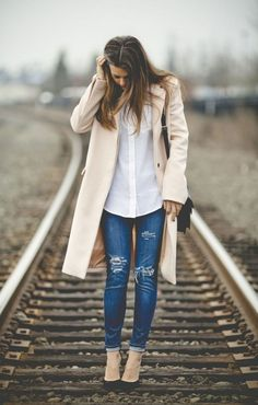 42 Fabulous Spring Summer Fashion Trends Clothing For Teens Summer Fashion Trends, Spring Summer Fashion, Autumn Winter Fashion, Fall Winter, Distressed Jeans Outfit, Distressed Denim, Mantel Beige, Fall Outfits, Casual Outfits