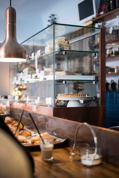 Das Café Morso in Schwabing Cafe Restaurant, Cafe Bar, Café Design, Italian Cafe, Architectural Features, Food Plating, Liquor Cabinet, Munich, Interior