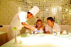 Наша необычная семья Корона получает удовольствие от уникального ужина, наполненного сюрпризами в ресторане авторской кухни отеля Гранд Велас Ривьера-Майя.