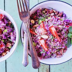 Sommerlig salat med søde jordbær. Perfekt tilbehør til de kommende, forhåbentlig mange grillaftener. Jordbærrene kan sagtens erstattes af andre frugter eller bær. Melon, mango, blåbær for bare at nævn