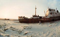 Esses bizarros navios abandonados enferrujando no deserto de Aral, Cazaquistão.