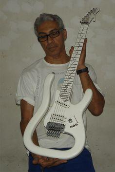 Mozart Luthier com sua guitarra Radical!