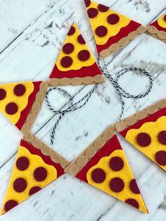 Pizzascheiben / / Filz Banner / / Girlande / / Geburtstag / / Pizza Party / / Foto Prop day party pizza Pizzascheiben / / Filz Banner / / Girlande / / Geburtstag / / Pizza Party / / Foto Prop, http. Pizza Party Themes, Kids Pizza Party, Pizza Party Birthday, Birthday Party Themes, 2nd Birthday, Birthday Presents, Birthday Cakes, Birthday Ideas, Felt Pizza