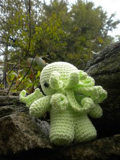 When making this particular model, I used two strands of yarn held together, resulting in a 7 inch height stuffie. The yarn and size of hook you use will determine the size of this Cthulhu!