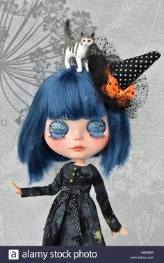Descargar esta imagen: Personalizar Blythe doll - Halloween - H8K8DR de la biblioteca de Alamy de millones de fotografías, ilustraciones y vectores de alta resolución. Halloween Doll, Cute Halloween, Cute Cat Wallpaper, Minnie, Custom Dolls, Blythe Dolls, Beautiful Dolls, Doll Clothes, Witch Dolls