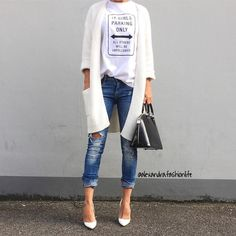 La tenue inspirante du jour  #lookdujour #ldj #streetstyle #jeans #graphictee #white #cream #fallfashion #style #inspiration #regram  @alexandra.fashionlife