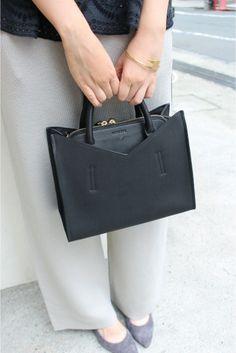 HASHIBAMI 2WAY ショルダーバッグ HASHIBAMI 2WAY ショルダーバッグ 21600 2016AW SLOBE IENA 毎シーズン人気のHASHIBAMIから秋冬の新作バッグが登場です ショルダーバッグとしてハンドバッグとしても2WAYで使えるバッグです 四角いフォルムと開け口のカッティングが印象的なデザイン 真ん中のポケットが財布や小物を入れるのに最適です 小さめのサイズでコーディネートにも合わせやすいバッグです カラーグレーはSLOBEだけの別注カラーとなっています Hashibamiハシバミ 日本人女性デザイナーが手掛けるバッグ小物ブランド 女の子のこだわりをキーワードにコーディネートに華を添えてくれる可愛くオシャレなアイテムを形にしています カラーホワイトはアイボリーのようなお色です こちらの商品はSLOBE IENAでの取り扱いになります 直接店舗へお問い合わせの際はSLOBE IENA店舗へお願い致します 店頭及び屋外での撮影画像は光の当たり具合で色味が違って見える場合があります 商品の色味はスタジオ撮影の画像をご参照ください