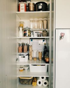 reorganiza tu alacena #alacena #pantryorganization #organizationtips Pantry Organization, Home Look, Bathroom Medicine Cabinet, Blog, Instagram, Cupboard Shelves, Organize, Little Cottages, Cooking