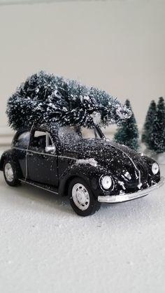 By Nosiss. Old timer VW Beetle met kerstboom. Leuk cadeau voor in de decembermaand. Verkrijgbaar in de webshop www.nosiss.nl