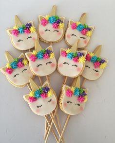 Festa Unicórnio - Dicas e Inspirações - Maternizando Unicorn Themed Birthday Party, Barbie Birthday, Birthday Party Themes, Unicorn Cookies, Unicorn Cupcakes, Unicorn Foods, Cookie Bouquet, Cookie Designs, Cookie Decorating