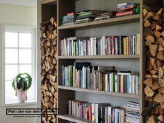 Luxe woonboerderij - Piet-Jan van den Kommer - woonkamer boekenkast 1