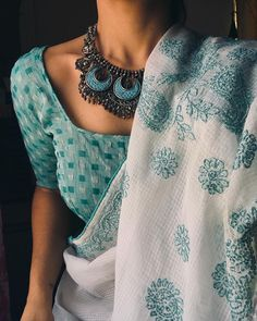 White and mint blue saree with blue necklace Trendy Sarees, Stylish Sarees, Saree Blouse Patterns, Saree Blouse Designs, Indian Attire, Indian Outfits, Saree Jewellery, Fashion Magazin, Saree Trends