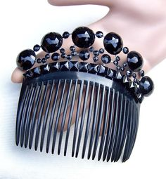 A fine and elaborate French Jet mourning hair comb in excellent condition. CONDITION: good vintage condition SIZE: 4 ins h x 4½ ins w (10 x 11 cms)