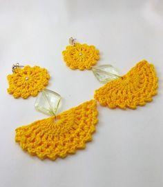 Maxi brinco de Crochê confeccionado com a linha Anne 100% algodão, com uma pedra amarela e base do brinco dourada. Para quem gosta de brincos grandes e estilosos.