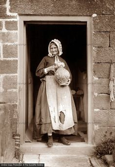 European peasant woman in the 17 - Vintage Pictures, Old Pictures, Old Photos, Victorian Photos, Victorian Era, Historical Images, Old London, British History, Vintage Photographs