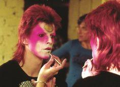 David Bowie maquiagem muito carregada e exuberante.