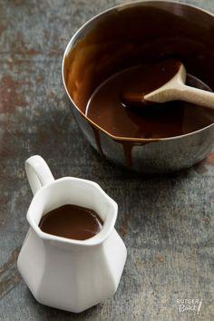 Chocoladesaus maakt (bijna) alles nog veel lekkerder! Met dit recept laat ik je zien dat het super makkelijk is om zelf chocoladesaus te maken!