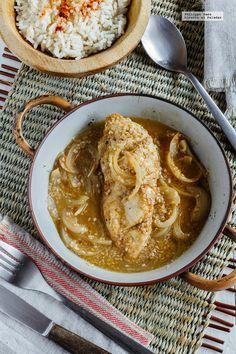 Pechugas de pollo en salsa de ajonjolí y cebolla. Receta fácil con fotografías dal paso a paso y recomendaciones de cómo servirla. Recetas con pollo fáciles