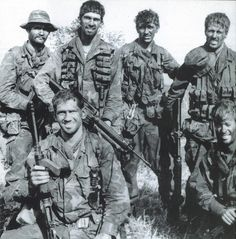 Six-man Australian SAS team from 2 Squadron, c.April 1971 - note the shortened L1A1 with an added foregrip from an Owen gun. (source)