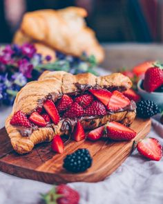 Croissant with chocolate cream + strawberries 🍫🥐 by 🍓 Breakfast Photography, Food Photography, Croissant Recipe, Nutella Croissant, Breakfast Croissant, Croissant Sandwich, Breakfast Pictures, Fingerfood Party, Brunch