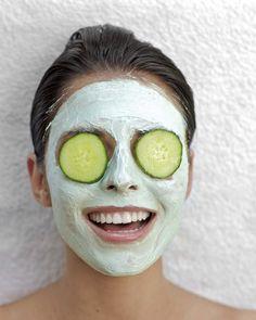 Der Klassiker - die Gurkenmaske hilft Wunder gegen dicke, dunkle Augenringe!