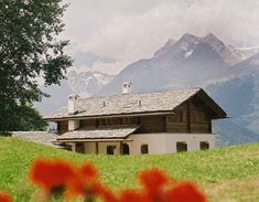 Maissen Haus in Obersaxen mit Ausblick auf die Brigelser Hörner. Casa Maissen a Sursaissa cun vesta sin ils Cavistrai. #maissenhaus #swissalps swissmountains #beautifulview #ausblick #berge #alpen #obersaxen #surselva #switzerland #zimmerei #schreinerei #tischlerei #handwerker #walserhaus #holzbau #strickbau #holzstrick #fichte #massivholz #woodhouse #cosyhome #einheimisch #architektur #archilover #architecture #architecturephotography #holzbauweise #tarcisimaissen #tarcisimaissensa…