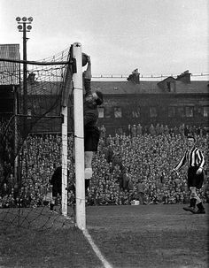 Newcastle Utd 1 Everton 2 in Oct 1955 at St James Park. Ronnie Simpson touches the ball over his bar Newcastle Football, Newcastle United Fc, World Football, Sport Football, Soccer, England League, St James' Park, Everton, Goalkeeper