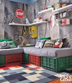 Agrupar peças de plástico foi um meio barato de mobiliar temporariamente a sala do apê, na capital paulista. De quebra, a solução se provou versátil e foi reaproveitada no dormitório das crianças