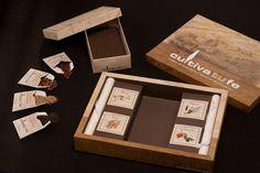 Este es el aspecto y contenido de la Caja de Tierra Santa: una elegante caja de diseño, una cajita con tierra de Nazaret y semillas de Jerusalén.
