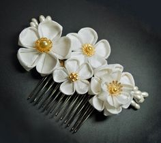 deviantART: More Like Sakura Hair Comb. Modeled tsumami kanzashi by ~hanatsukuri Diy Ribbon, Ribbon Work, Fabric Ribbon, Ribbon Crafts, Flower Crafts, Cloth Flowers, Diy Flowers, Fabric Flowers, Paper Flowers