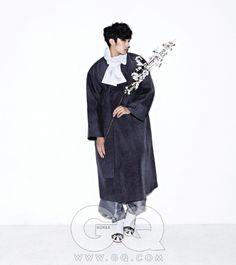 남자 한복 화보 - Google 검색 누빔 두루마기와 회색 바지, 목도리 모두 전통 한복 김영석. 버선과 갖신 한복