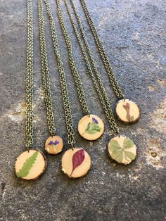 Real leaf and flower necklaces! Flower Necklace, Necklaces, Pendant Necklace, Nature, Flowers, Shopping, Jewelry, Naturaleza, Jewlery