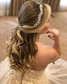 Quince Hairstyles, Open Hairstyles, Tiara Hairstyles, Indian Hairstyles, Wedding Hairstyles, Elegant Hairstyles, Prom Hair Updo Elegant, Hairdo Wedding, Honey Brown Hair