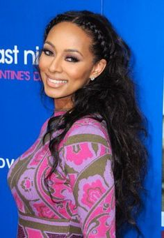 Keri Hilson lets her curly hair loose with lots of volume and texture.